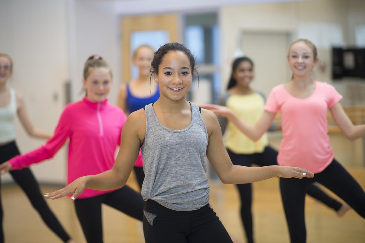 Instruktør danser med elever